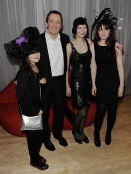 photo 220/527 - Paul Whitehouse et sa famille - Avant-premi�re royale � Londres (25 f�vrier 2010) - Alice au pays des Merveilles - © Walt Disney Studios Motion Pictures France