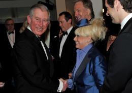 photo 352/527 - Le Prince Charles et Barbara Windsor - Avant-premi�re royale � Londres (25 f�vrier 2010) - Alice au pays des Merveilles - © Walt Disney Studios Motion Pictures France