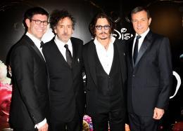 photo 329/527 - Bob Iger; Tim Burton; Rich Ross; Johnny Depp - Avant-premi�re royale � Londres (25 f�vrier 2010) - Alice au pays des Merveilles - © Walt Disney Studios Motion Pictures France