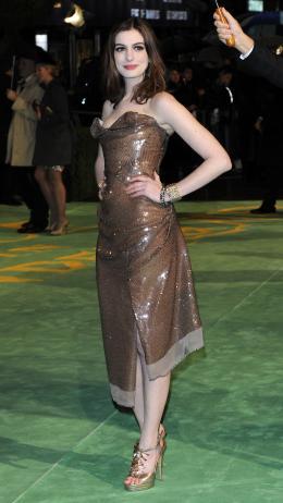 photo 244/527 - Anne Hathaway - Avant-premi�re royale � Londres (25 f�vrier 2010) - Alice au pays des Merveilles - © Walt Disney Studios Motion Pictures France