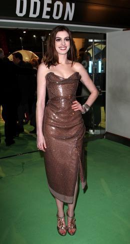 photo 390/527 - Anne Hathaway - Avant-premi�re royale � Londres (25 f�vrier 2010) - Alice au pays des Merveilles - © Walt Disney Studios Motion Pictures France