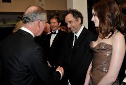 photo 353/527 - Le Prince Charles, Tim Burton et Anne Hathaway - Avant-premi�re royale � Londres (25 f�vrier 2010) - Alice au pays des Merveilles - © Walt Disney Studios Motion Pictures France