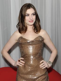 photo 147/527 - Anne Hathaway - Avant-premi�re royale � Londres (25 f�vrier 2010) - Alice au pays des Merveilles - © Walt Disney Studios Motion Pictures France