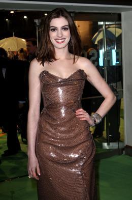 photo 401/527 - Anne Hathaway - Avant-premi�re royale � Londres (25 f�vrier 2010) - Alice au pays des Merveilles - © Walt Disney Studios Motion Pictures France