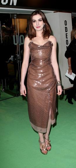 photo 380/527 - Anne Hathaway - Avant-premi�re royale � Londres (25 f�vrier 2010) - Alice au pays des Merveilles - © Walt Disney Studios Motion Pictures France