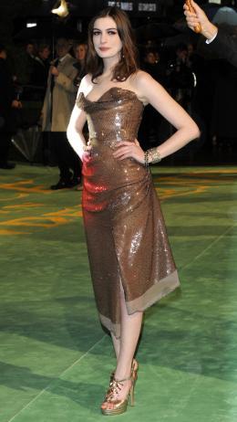 photo 239/527 - Anne Hathaway - Avant-premi�re royale � Londres (25 f�vrier 2010) - Alice au pays des Merveilles - © Walt Disney Studios Motion Pictures France