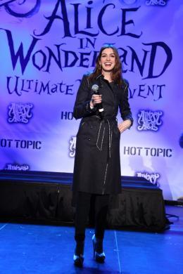 photo 456/527 - Anne Hathaway - Ultimate Fan Event (25 fevrier 2010) - Alice au pays des Merveilles - © Walt Disney Studios Motion Pictures France