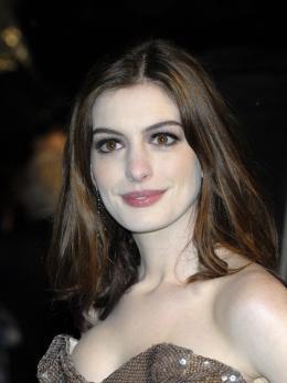 photo 248/527 - Anne Hathaway - Avant-premi�re royale � Londres (25 f�vrier 2010) - Alice au pays des Merveilles - © Walt Disney Studios Motion Pictures France