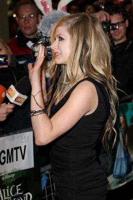 Avril Lavigne Avant-première royale à Londres (25 février 2010) photo 2 sur 7