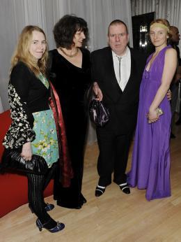 photo 218/527 - Timothy Spall et sa famille - Avant-premi�re royale � Londres (25 f�vrier 2010) - Alice au pays des Merveilles - © Walt Disney Studios Motion Pictures France