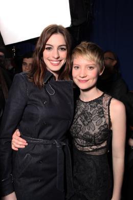 photo 424/527 - Anne Hathaway et Mia Wasikowska - Ultimate Fan Event (25 fevrier 2010) - Alice au pays des Merveilles - © Walt Disney Studios Motion Pictures France