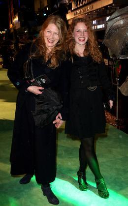 photo 106/527 - Geraldine James et sa fille - Avant-premi�re royale � Londres (25 f�vrier 2010) - Alice au pays des Merveilles - © Walt Disney Studios Motion Pictures France