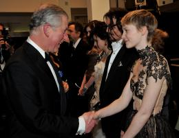 photo 345/527 - Le Prince Charles et Mia Wasikowska - Avant-premi�re royale � Londres (25 f�vrier 2010) - Alice au pays des Merveilles - © Walt Disney Studios Motion Pictures France