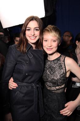 photo 428/527 - Anne Hathaway et Mia Wasikowska - Ultimate Fan Event (25 fevrier 2010) - Alice au pays des Merveilles - © Walt Disney Studios Motion Pictures France