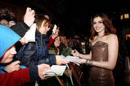 photo 407/527 - Anne Hathaway - Avant-premi�re royale � Londres (25 f�vrier 2010) - Alice au pays des Merveilles - © Walt Disney Studios Motion Pictures France