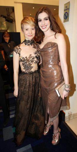 photo 382/527 - Mia Wasikowska et Anne Hathaway - Avant-premi�re royale � Londres (25 f�vrier 2010) - Alice au pays des Merveilles - © Walt Disney Studios Motion Pictures France