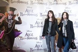 photo 519/527 - Charlotte Gainsbourg & Bambou - Avant-premi�re � Paris (15 mars 2010) - Alice au pays des Merveilles - © Walt Disney Studios Motion Pictures France