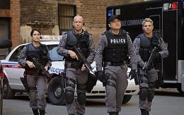 photo 28/49 - Amy Jo Johnson, Hugh Dillon, Enrico Colantoni et David Oaetkau - Saison 1 - Flashpoint - Saison 1 - © CBS