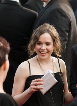Juno Ellen Page - Cérémonie des Oscars 2008, Tapis Rouge photo 5 sur 20