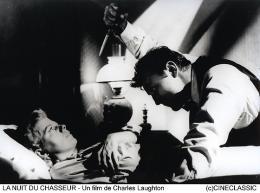 photo 6/12 - Robert Mitchum - La Nuit du chasseur
