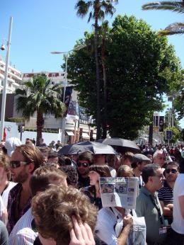 photo 68/126 - Parapluie et soleil.... Cocktail d�tonnant en attendant la projo presse d'Indyyyyy - Indiana Jones et le Royaume du Cr�ne de Cristal - © Am�lie Chauvet Commeaucinema.com