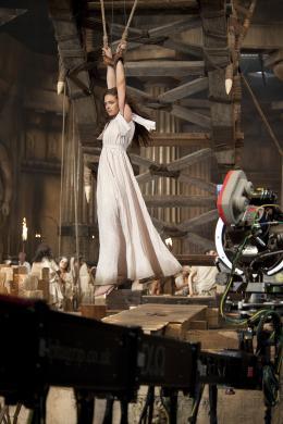 photo 95/118 - Alexa Davalos - Sur le tournage - Le Choc des Titans - © Warner Bros