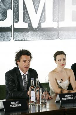 photo 41/61 - Robert Downey Jr et Rachel McAdams  (Conférence de presse de début de tournage - Londres, octobre 2008) - Sherlock Holmes - © Warner Bros