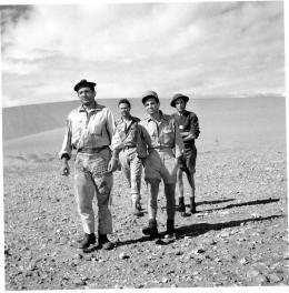 photo 4/7 - Lino Ventura, Charles Aznavour, Germán Cobos, Maurice Biraud - Un taxi pour Tobrouk - © Gaumont Vidéo