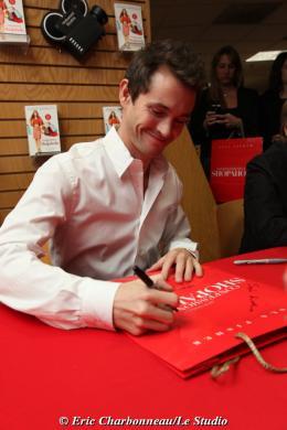 photo 107/122 - Hugh Dancy - Dédicace du livre Confessions d'une accro du shopping le 23 Janvier 2009 - Confessions d'une accro du shopping
