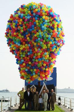 photo 136/409 - Charles Aznavour, John Lasseter, Dick Cook, Pete Docter, Bob Peterson, Jonas Rivera et Tom Trouffier - L�-Haut - © Walt Disney Studios Motion Pictures France