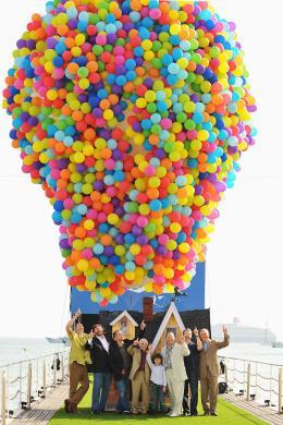 photo 128/409 - Charles Aznavour, John Lasseter, Dick Cook, Pete Docter, Bob Peterson, Jonas Rivera et Tom Trouffier - L�-Haut - © Walt Disney Studios Motion Pictures France