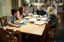 photo 11/18 - Josh Hutcherson, Julianne Moore, Annette Bening, Mia Wasikowska - Tout va bien, the kids are all right - © UGC Ph