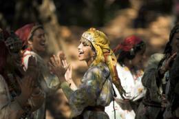 photo 11/97 - Leila Bekhti - La Source des femmes - © Julian Torrès / © 2010 - ELZEVIR FILMS - OÏ OÏ OÏ PRODUCTION