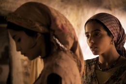 photo 14/97 - Leila Bekhti, Hafsia Herzi - La Source des femmes - © Julian Torrès / © 2010 - ELZEVIR FILMS - OÏ OÏ OÏ PRODUCTION