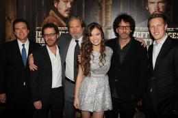 photo 30/81 - Ethan Coen, Joel Coen, Jeff Bridges, Hailee Steinfield - Avant-première américaine - True Grit - © Paramount
