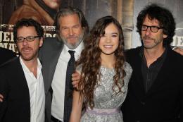 photo 38/81 - Ethan Coen, Joel Coen, Jeff Bridges, Hailee Steinfield - Avant-première américaine - True Grit - © Paramount