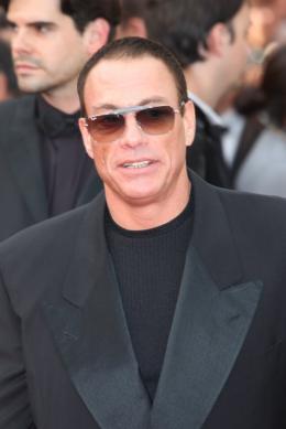 Jean-Claude Van Damme Mont�e des marches de la C�r�monie d'Ouverture - Cannes, 12 mai 2010 photo 4 sur 33