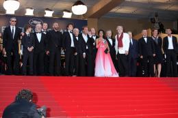 photo 25/39 - L'équipe du film Des Hommes et des Dieux - Montée des maches Des Hommes et Des Dieux  - Cannes, le 18 mai 2010 - Des Hommes et des Dieux - © Isabelle Vautier - Commeaucinema.com 2010