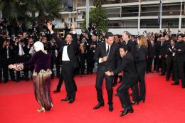 photo 20/71 - Chafia Boudraa, Directeur Rachid Bouchared, Sami Bouajila, Roschdy Zem et Jamel Debbouze - Montee des maches Hors-la-loi - Cannes, le 21 mai 2010 - Hors-la-loi - © Isabelle Vautier - Commeaucinema.com 2010