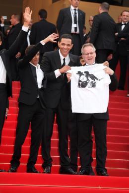 photo 28/71 - RACHID BOUCHAREB, ROSCHDY ZEM et Thierry Frémaux - Montee des maches Hors-la-loi - Cannes, le 21 mai 2010 - Hors-la-loi - © Isabelle Vautier - Commeaucinema.com 2010