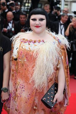photo 12/71 - Beth Ditto - Montee des maches Hors-la-loi - Cannes, le 21 mai 2010 - Hors-la-loi - © Isabelle Vautier - Commeaucinema.com 2010