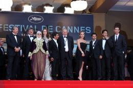 photo 38/71 - Chafia Boudraa, Directeur Rachid Bouchared, Sami Bouajila, Roschdy Zem et Jamel Debbouze - Montee des maches Hors-la-loi - Cannes, le 21 mai 2010 - Hors-la-loi - © Isabelle Vautier - Commeaucinema.com 2010