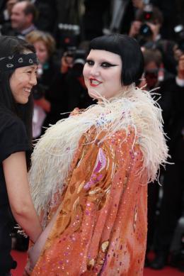 photo 30/71 - Beth Ditto - Montee des maches Hors-la-loi - Cannes, le 21 mai 2010 - Hors-la-loi - © Isabelle Vautier - Commeaucinema.com 2010