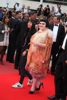 photo 22/71 - Beth Ditto - Montee des maches Hors-la-loi - Cannes, le 21 mai 2010 - Hors-la-loi - © Isabelle Vautier - Commeaucinema.com 2010