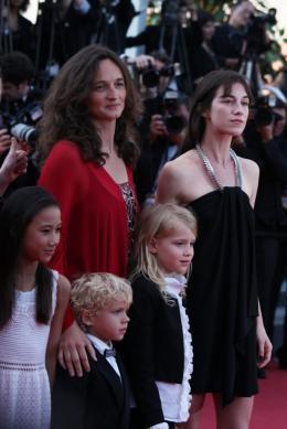 Julie Bertuccelli Montee des marches de la ceremonie de cloture - Cannes, le 23 mai 2010 photo 4 sur 6