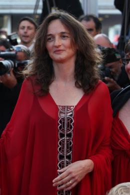 Julie Bertuccelli Montee des marches de la ceremonie de cloture - Cannes, le 23 mai 2010 photo 3 sur 6