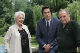 photo 12/27 - Vincent Elbaz, Claude Brasseur,, Bernadette Lafont - Au bas de l'échelle - © TF1