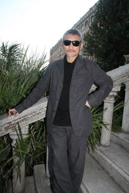 Tsui Hark Devant l'Excelsior - Mostra de Venise 2010 photo 9 sur 10