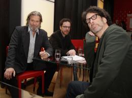 photo 65/81 - Jeff Bridges, Ethan Coen et Joel Coen - Présentation du film True Grit au 61ème Festival international du film de Berlin 2011 - True Grit - © Paramount