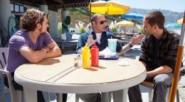photo 12/27 - Aaron Johnson, John Travolta, Taylor Kitsch - Savages - © Pathé Distribution